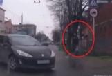 Tránh xe ôtô, người đàn ông bị biển báo giao thông đập trúng