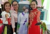 Cô dâu chụp ảnh cùng hình bạn thân trong ngày cưới