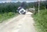 """Xe tải """"xóa sổ"""" cầu gỗ rồi rơi xuống sông"""