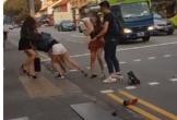 Hai cô gái lột đồ đánh chửi nhau bằng tiếng Việt ở Singapore, nhiều người đứng chụp ảnh quay clip