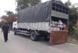 Hàng chục người dân chặn xe chở bình ắc-quy phế thải trong đêm