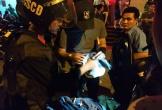 Cảnh sát dẫn giải 100 nam nữ ở quán bar về trụ sở công an kiểm tra ma túy