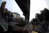 Bé gái cúi đầu cám ơn tài xế khi được nhường qua đường