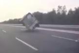 Xe tải 'đánh võng' loạng choạng giữa cao tốc vì nổ lốp