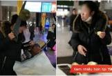 Nữ du khách dùng cưa bổ sầu riêng ăn giữa nhà ga