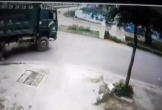 Video: Mở cửa ô tô bất cẩn khiến 2 người suýt chết dưới gầm xe tải
