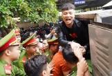 Khá Bảnh vẫy tay chào người thân sau khi bị tuyên án phạt 10 năm 6 tháng tù