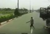 Tài xế xe máy thoát chết trước bánh ôtô