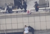 Cô gái định nhảy lầu từ tầng 30 vì bạn trai cũ không cho vào nhà