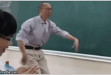 Thầy giáo đáng yêu múa phụ họa cho học sinh hát Bụi phấn khiến dân mạng chia sẻ rần rần