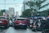 Ô tô tông hàng loạt xe máy khi đang chờ đèn đỏ