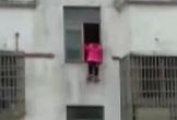 Bị mẹ kiểm tra điện thoại, bé gái 13 tuổi nhảy lầu tự tử