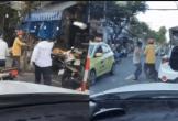 Clip: 2 người đàn ông cầm dao và cầm gậy lao vào ẩu đả, rượt đuổi nhau trên đường ở Đà Nẵng