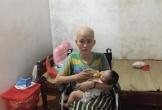 Nhói lòng cảnh mẹ trẻ đầu trọc lóc, ngồi xe lăn cho con uống sữa: 'Xin cho em sống bên con một thời gian nữa'