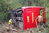 Kinh hoàng xe khách cua gấp rơi xuống vực, 20 hành khách may mắn thoát chết