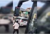 Nhóm người dùng hung khí lao vào chém tài xế xe khách ngay giữa đường