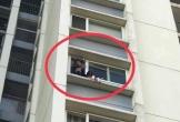 Bố của bé gái ngồi ban công tầng 6 CC Ecopark gào khóc gọi mẹ: 'Xem ảnh trên group mới hoảng hồn'