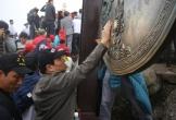 Du khách leo đỉnh Yên Tử: 'Mài tiền vào chùa Đồng để lấy may'