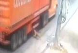 'Đứng tim' cảnh người đàn ông đi bộ bất ngờ lao đầu vào gầm container