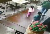 Ô tô mất lái lao vào nhà hàng, 3 mẹ con thoát chết trong gang tấc