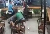 Nam thanh niên túm tóc, đánh liếp tiếp vào người cô gái trong quán cà phê