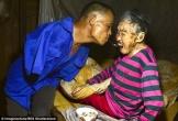 Soup sáng: Cảm động cảnh người đàn ông không tay dùng miệng bón thức ăn cho mẹ 91 tuổi