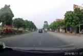 Bé trai may mắn thoát nạn sau cú đánh lái của tài xế ô tô