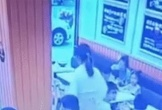 Sốc cảnh thai phụ tạt đồ ăn nóng vào người bé gái vì làm ồn