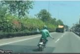 Hốt hoảng thanh niên vừa lái xe máy, vừa buông hai tay đánh võng, múa may trên đường