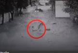 Người đàn ông lao ra giữa dòng lũ, cứu sống hai đứa trẻ chỉ trong 2 phút