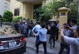 Xử kín vụ dâm ô trẻ em, Nguyễn Hữu Linh đi ô tô đến tòa,