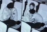 Cặp đôi thản nhiên ôm hôn, sờ soạng nhau trong rạp chiếu phim như chỗ không người
