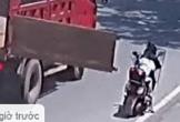 Bị cửa thùng xe tải đang chạy đập ngang đầu, 2 mẹ con ngã sõng soài trên đường