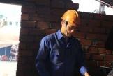 Thủ môn Bùi Tiến Dũng giản dị trong vai thợ hồ xây dựng