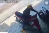 Bị chủ nhà bắt quả tang, trộm vứt xe máy bỏ chạy trối chết