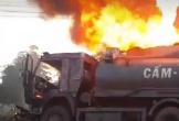 Xe chở xăng dầu cháy dữ dội sau va chạm ôtô tải, một người chết