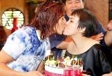 Việt Hương hôn chồng đắm đuối nhân kỉ niệm 13 năm ngày cưới