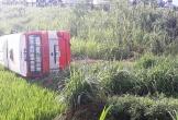 Nghệ An: Xe buýt lật dưới ruộng, 2 người tử vong, 8 bị thương