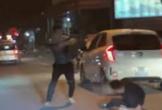 Va chạm giao thông, hai tài xế cầm gậy đánh nhau giữa đường
