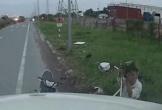 Trộm liều lĩnh vặt gương xe container trong nháy mắt