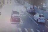 Cửa hậu xe tải mở, hất bay người đi xe máy