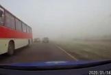 Vượt ẩu trong sương mù dày đặc, 2 ô tô đấu đầu kinh hoàng
