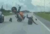 Đọ tốc độ với ô tô, biker nhận cái kết kinh hoàng sau cú bốc đầu