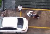Clip: Đang bế con trên tay, chồng vẫn túm tóc rồi đá thẳng vào mặt vợ