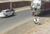 Đi vào điểm mù của xe tải, cậu bé thoát chết trong gang tấc