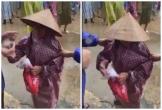 Bà cụ đi nhận cứu trợ bị kéo mạnh tay, Thủy Tiên - Công Vinh có phản ứng gây chú ý