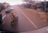 Tài xế xe máy vượt ẩu nhận cái kết đau đớn