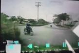 Xe máy lĩnh hậu quả đau đớn vì đi ngược vòng xuyến