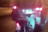 Găm vào đuôi ô tô, xe máy bị kéo lê đi khắp phố