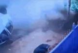 Ô tô mất lái kinh hoàng, hất văng 2 người đàn ông ra khỏi xe